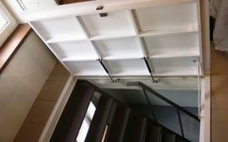 Лестница в подвальное помещение в загородном доме