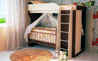 Двухъярусная кровать для младенца и ребенка постарше